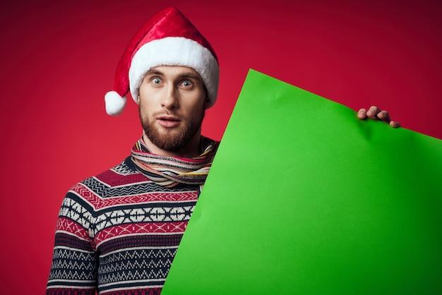 배너 휴가 고립 된 배경을 들고 산타 모자에 감정적인 남자