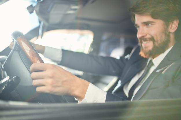 車の中でスーツを着た感情的な男は自信を持って働くための旅行