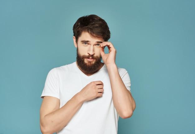 흰색 t-셔츠 표현 표정 불만 클로즈업에 감정적인 남자. 고품질 사진