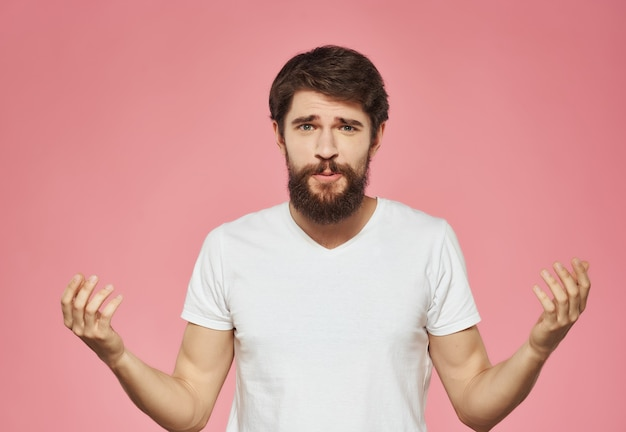 白いtシャツの感情的な男は顔の表情のクローズアップをイライラ