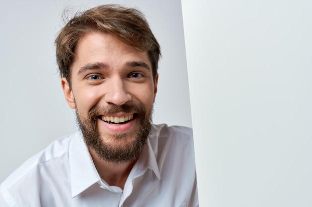 白いtシャツモーションキャプチャポスター割引広告コピースペーススタジオの感情的な男
