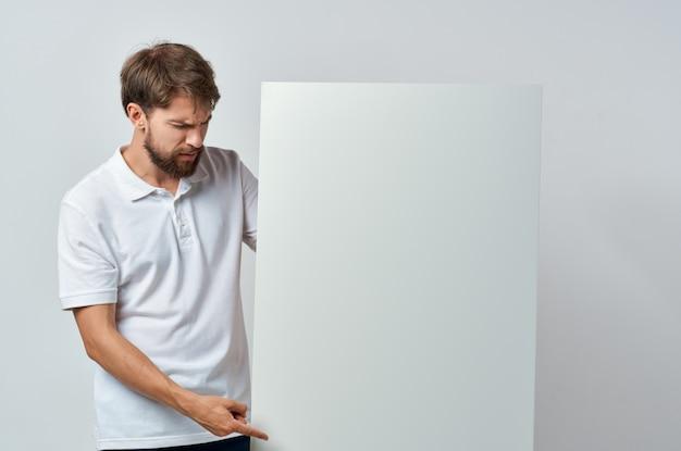 白いtシャツモーションキャプチャポスター割引広告白い背景の感情的な男