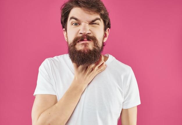 흰색 tshirt 놀란 표정 근접 촬영에 감정적인 남자