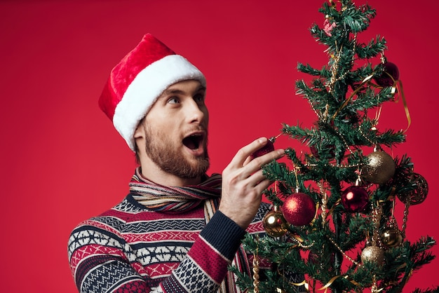 新年の服の装飾のクリスマススタジオのポーズで感情的な男。高品質の写真