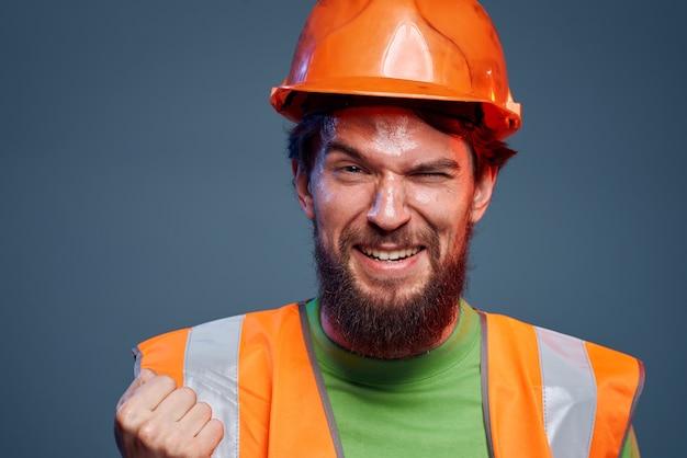 감정적 인 남자 작업 유니폼 안전 열심히