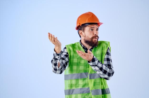 制服建設の建物の職業の孤立した背景で働く感情的な男。高品質の写真
