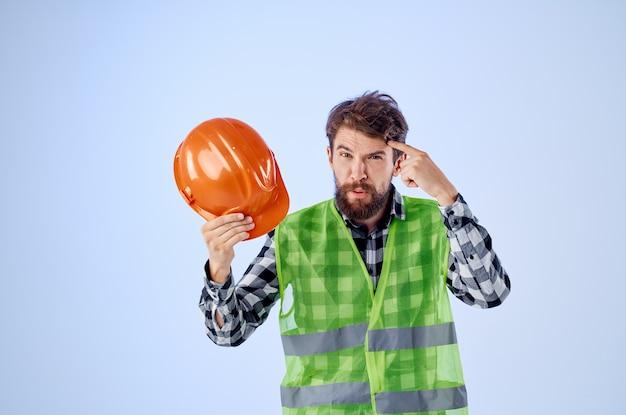 制服建設建築専門職スタジオで働く感情的な男。高品質の写真