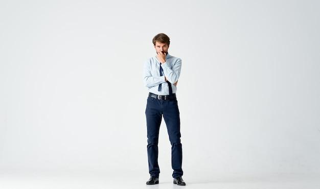 感情的な男マネージャーのオフィスワークの感情。高品質の写真