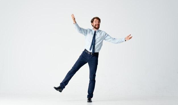 感情的な男性マネージャーのオフィスワークの感情