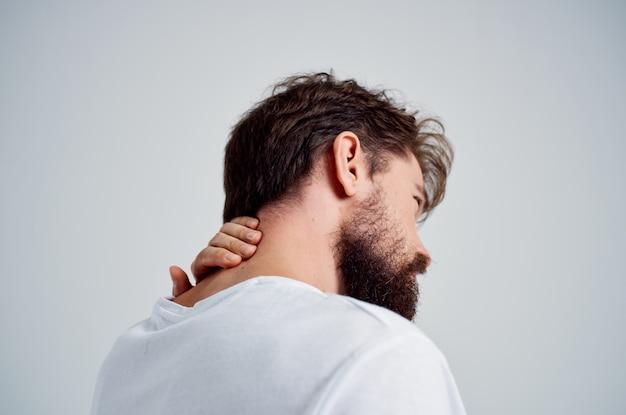 Эмоциональный мужчина боль в шее, проблемы со здоровьем, массаж, терапия, изолированный фон