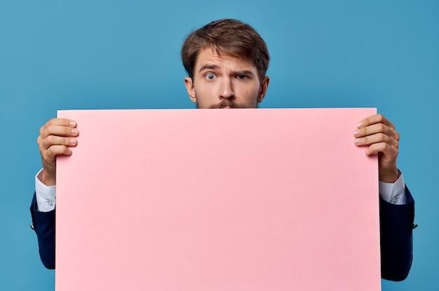 手空白シートプレゼンテーション孤立した背景の感情的な男のピンクのバナー