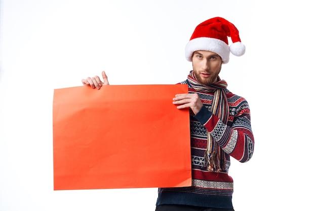 Эмоциональный человек красный бумажный рекламный щит реклама новогодний светлый фон