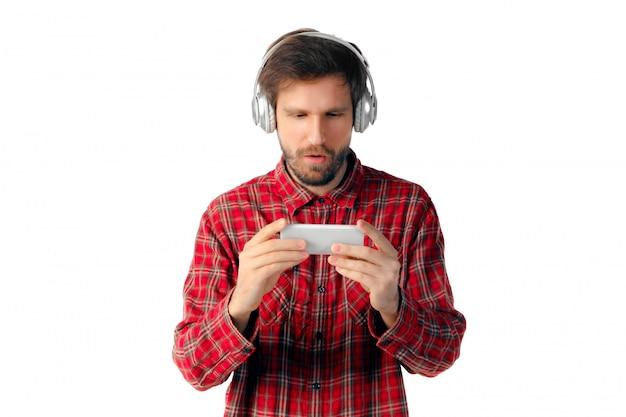 감정적 인 남자 화이트 스튜디오에 고립 된 스마트 폰을 사용 하여