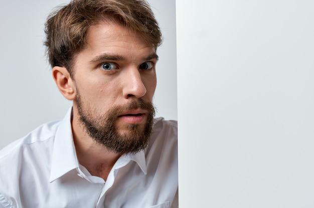 手空白シートプレゼンテーションコピースペーススタジオで感情的な男の白いバナー