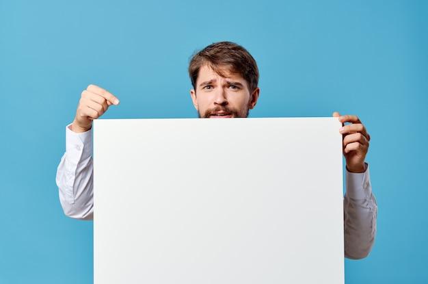 感情的な男白い看板広告コピースペース青い背景