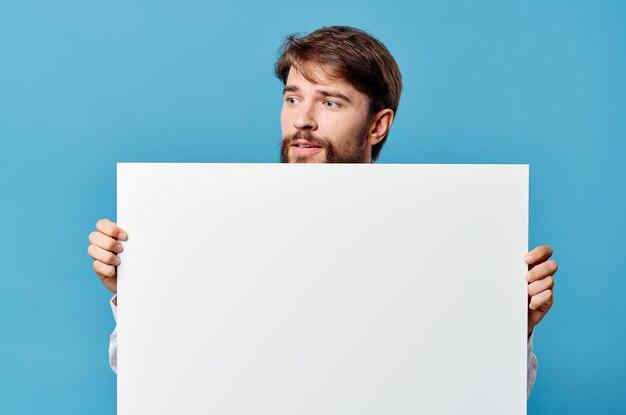 感情的な男の白い看板広告コピースペース孤立した背景