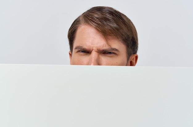 感情的な男の白いモックアップポスタークロップドビュー広告のクローズアップ