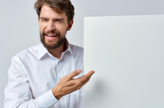孤立した背景のマーケティングの手に感情的な男のホワイトペーパー