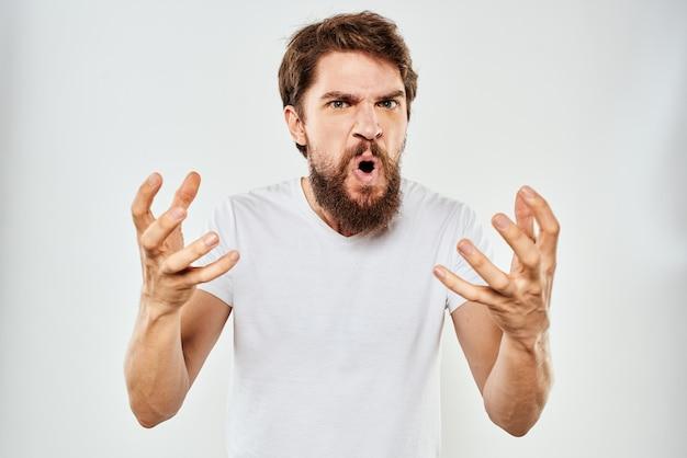 Эмоциональный мужчина с бородой жестикулирует руками крупным планом студийной агрессии