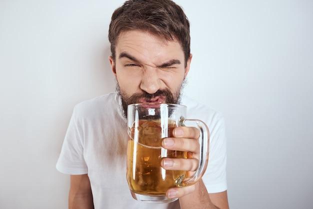 Эмоциональный мужчина с большой кружкой пивного алкогольного напитка