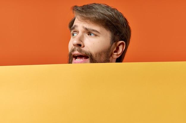 Эмоциональный человек с маком в его руках, рекламируя модель вывески.