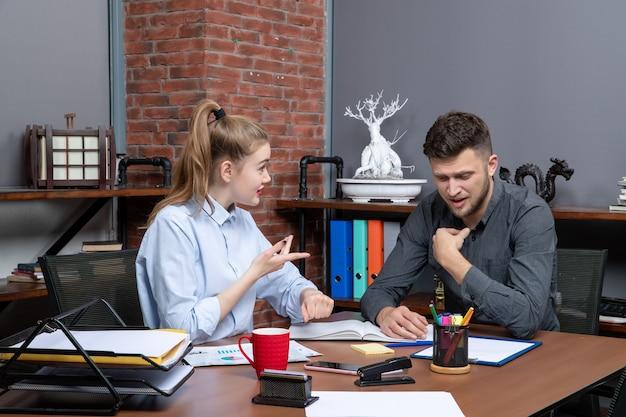 사무실 환경의 회의실 테이블에 앉아 있는 감정 관리 팀