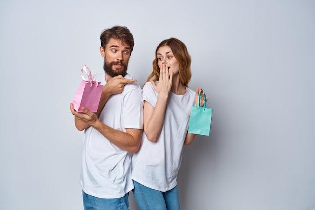 선물 휴일 밝은 배경을 가진 티셔츠 패키지의 감정적 인 남성과 여성