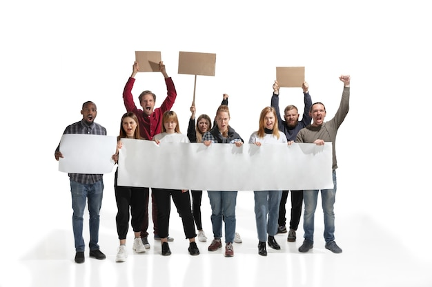 白の空白のプラカードを保持しながら叫んでいる人々の感情的な多文化グループ