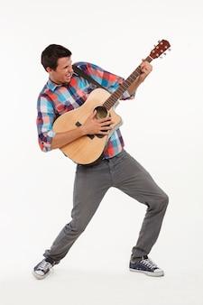 Эмоциональный музыкант, играющий на гитаре.