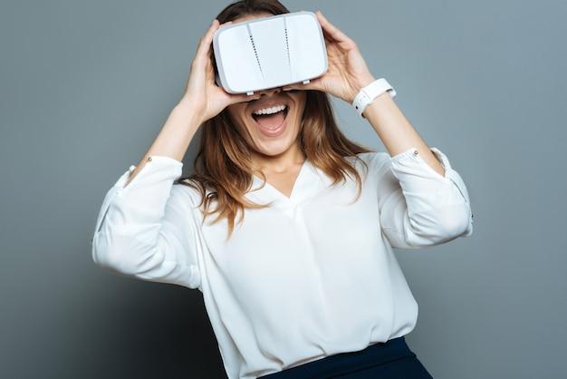 感情的な人。 3dメガネをかけて、新しい現実にいる間彼女の感情を表現する喜んでポジティブな幸せな女性