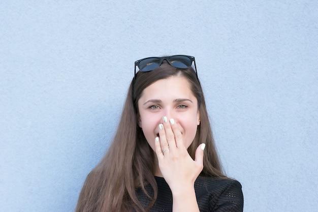 Эмоциональная фотосессия молодой женщины