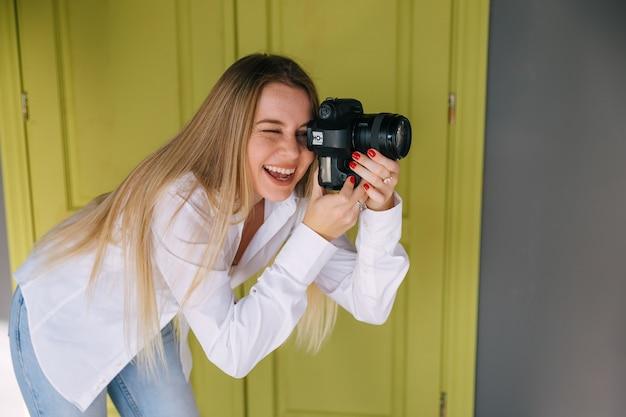 Эмоциональный фотограф, снимающий с улыбки на низком уровне
