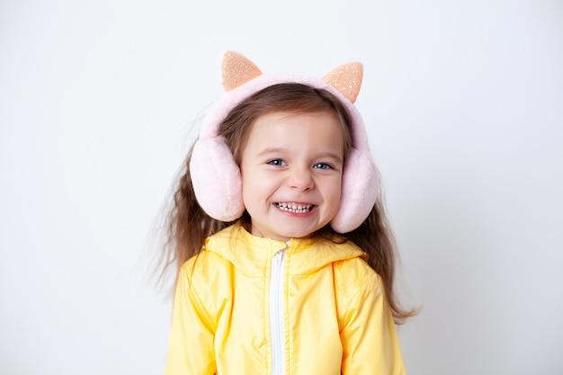 Эмоциональный портрет европейской девушки в демисезонной одежде младенец смеется