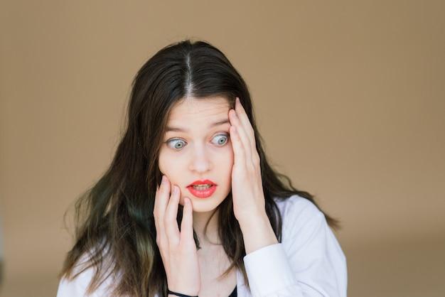 Эмоциональный портрет удивленной женщины. изумление эмоций
