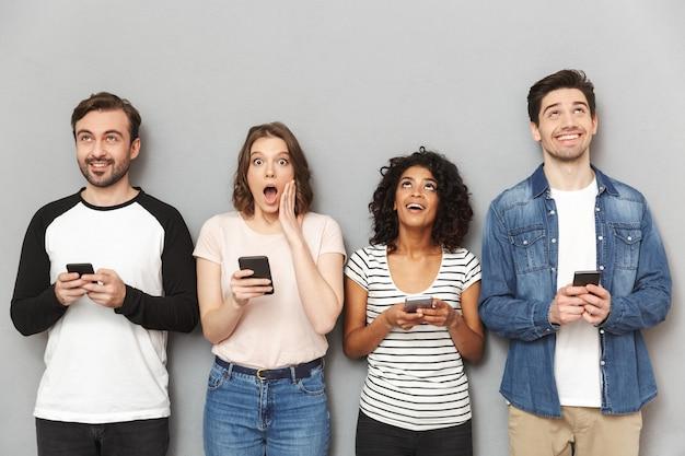 携帯電話を使用して感情的にショックを受けた友人のグループ。