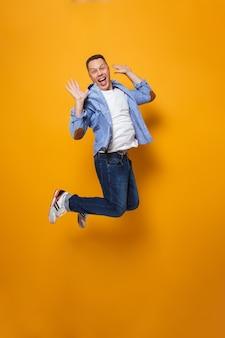 Эмоциональный шокированный человек прыгает