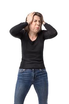 感情的なストレスのある女性は頭をつかんで目を閉じた。