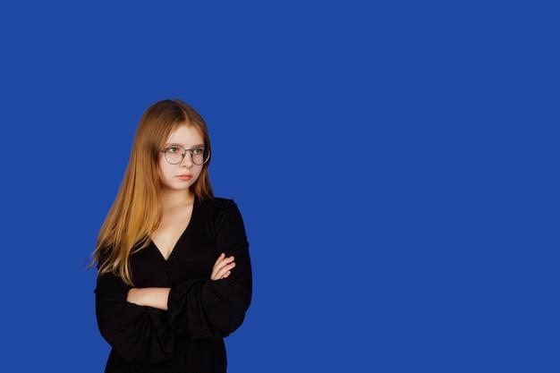 안경에 감정적 인 열세 살짜리 귀여운 십 대 소녀가 엄격하고 신중하게 외모, 고립 된