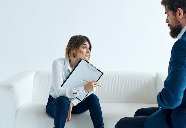 가벼운 심리학 이해에 대한 감정적 인 여자와 청년 의사 소통
