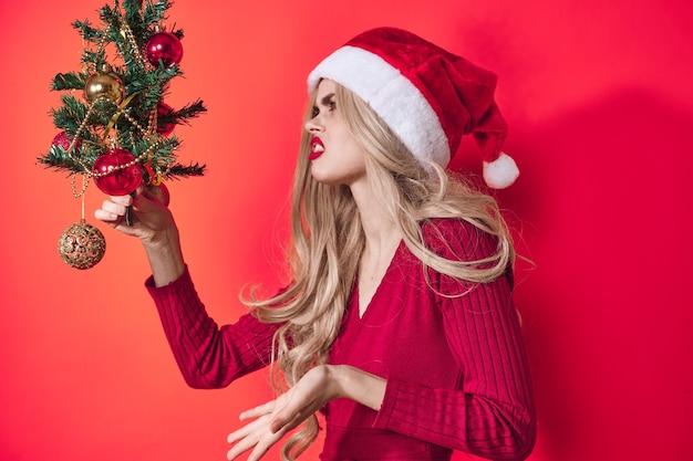 感情的な女性のクリスマスツリーのおもちゃの装飾の伝統的なライフスタイル