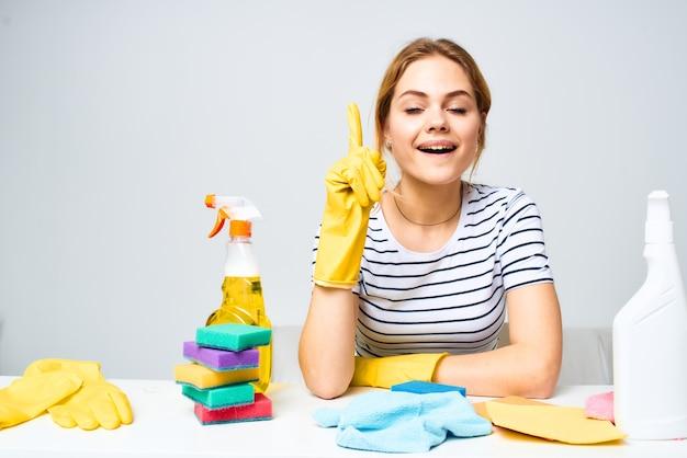 Эмоциональная женщина моющее средство очистки инструмент работа по дому образ жизни