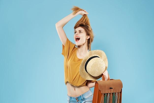 ヘアバッグファッションポーズを保持している感情的な女性