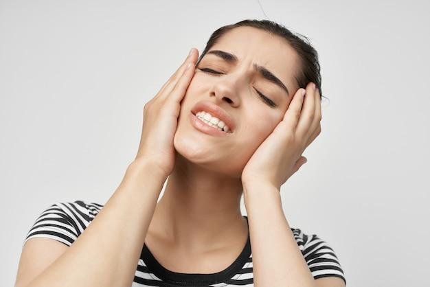 歯痛ヘルスケア明るい背景に直面するために保持している感情的な女性