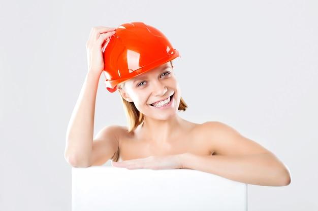건설 헬멧에 감정적 인 여자입니다. 건설의 개념. 노동자. 공간을 복사하십시오.