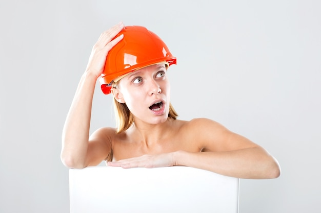 Эмоциональная женщина в строительном шлеме. концепция строительства. рабочий. скопируйте пространство.