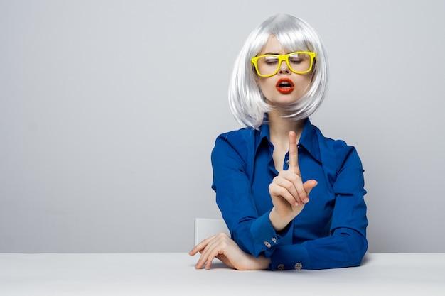 흰색 가발 노란색 안경 빨간 입술에 감정적 인 여자 매력적인 화장품입니다.