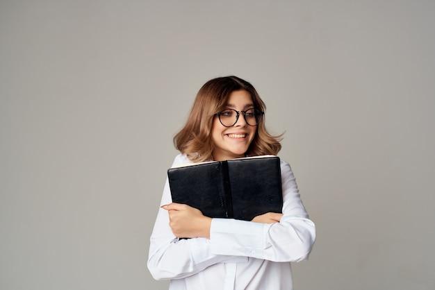 シャツマネージャーの感情的な女性の仕事のドキュメントは、背景を分離しました