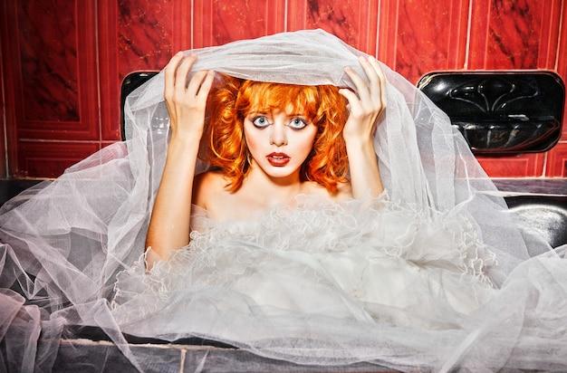 하얀 웨딩 드레스에 감정적인 여자입니다. 화장실