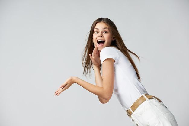 感情的な女性の口を開けて驚いた表情の白いtシャツの側面図