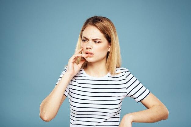 Эмоциональная женщина полосатая футболка образ жизни изолированные